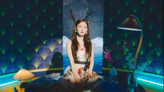 I-DLE 걸 그룹 (G) 신곡 '화아'뮤직 비디오에서 촬영 한 사진으로 한국 팬들이 엄격한 한국어를 고수하지 않고 전통 주제로 일본과 중국의 이미지를 사용했다고 비판했다. [CUBE ENTERTAINMENT]