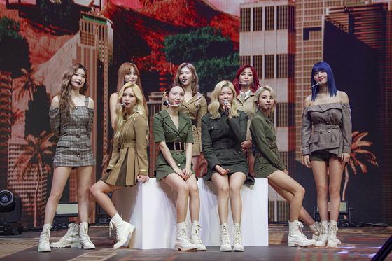 트 와이스 걸 그룹은 일본 멤버 사나, 미나, 모모 3 명과 중국 멤버 조요 1 명으로 구성됐다. [JYP ENTERTAINMENT]