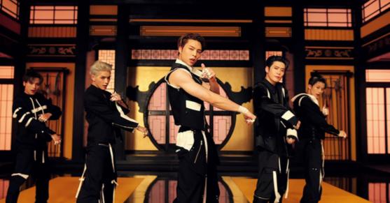 NCT 127 's Boys 뮤직 비디오 ″ Kick It (2020).  NCT 127 보이 밴드에는 미국 멤버 조니 1 명, 일본 멤버 유타 1 명, 캐나다 멤버 1 명, 중국 멤버 웬웬 1 명이 포함된다. [SM ENTERTAINMENT]