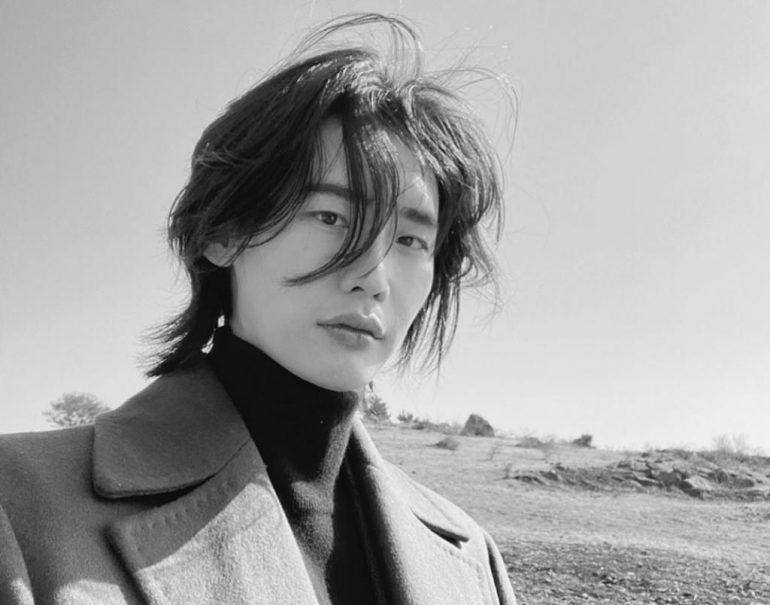 한국 슈퍼 스타 이종석, 새로운 역할로 처음으로 머리카락 기르다