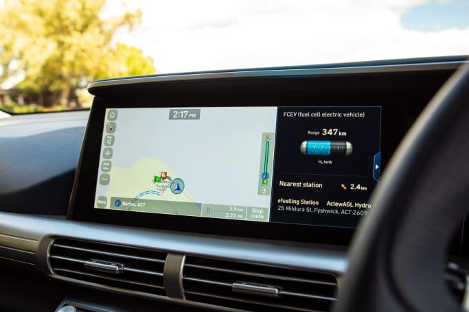 내비게이션 시스템이 내장 된 멀티미디어 용 12.3 인치 터치 스크린 디스플레이가 있습니다.
