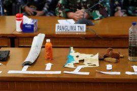 구조 대원들이 실종 된 인도네시아 잠수함이 침몰하고 금이 간 것을 발견