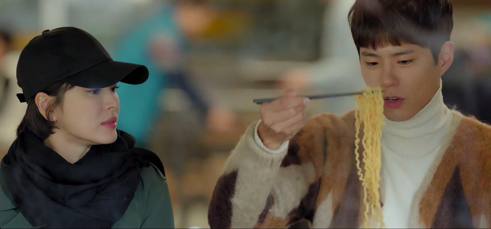 차수현 (송혜교)과 김진혁 (박 보금)이 밋업에서라면과 즐거운 시간을 보내고있다.  사진 : Netflix