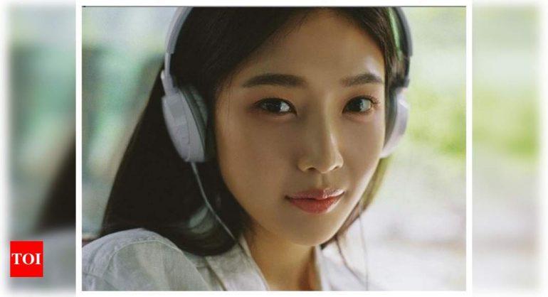 레드 벨벳 조이가 첫 솔로 앨범 'Hello'로 차트 정상에 오르고있다.