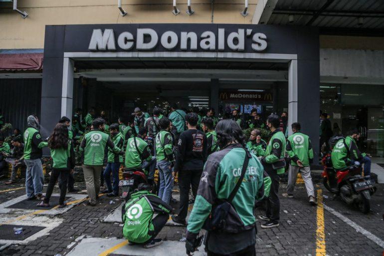 인도네시아 방탄 소년단 팬들은 음식 배달 라이더를 위해 RM44,000을 모았습니다.