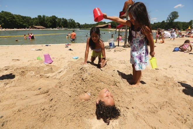 해변의 모래에 몸을 담그고 달링턴 카운티 공원의 달링턴 호수에서 상쾌한 물놀이를 즐겨보세요.
