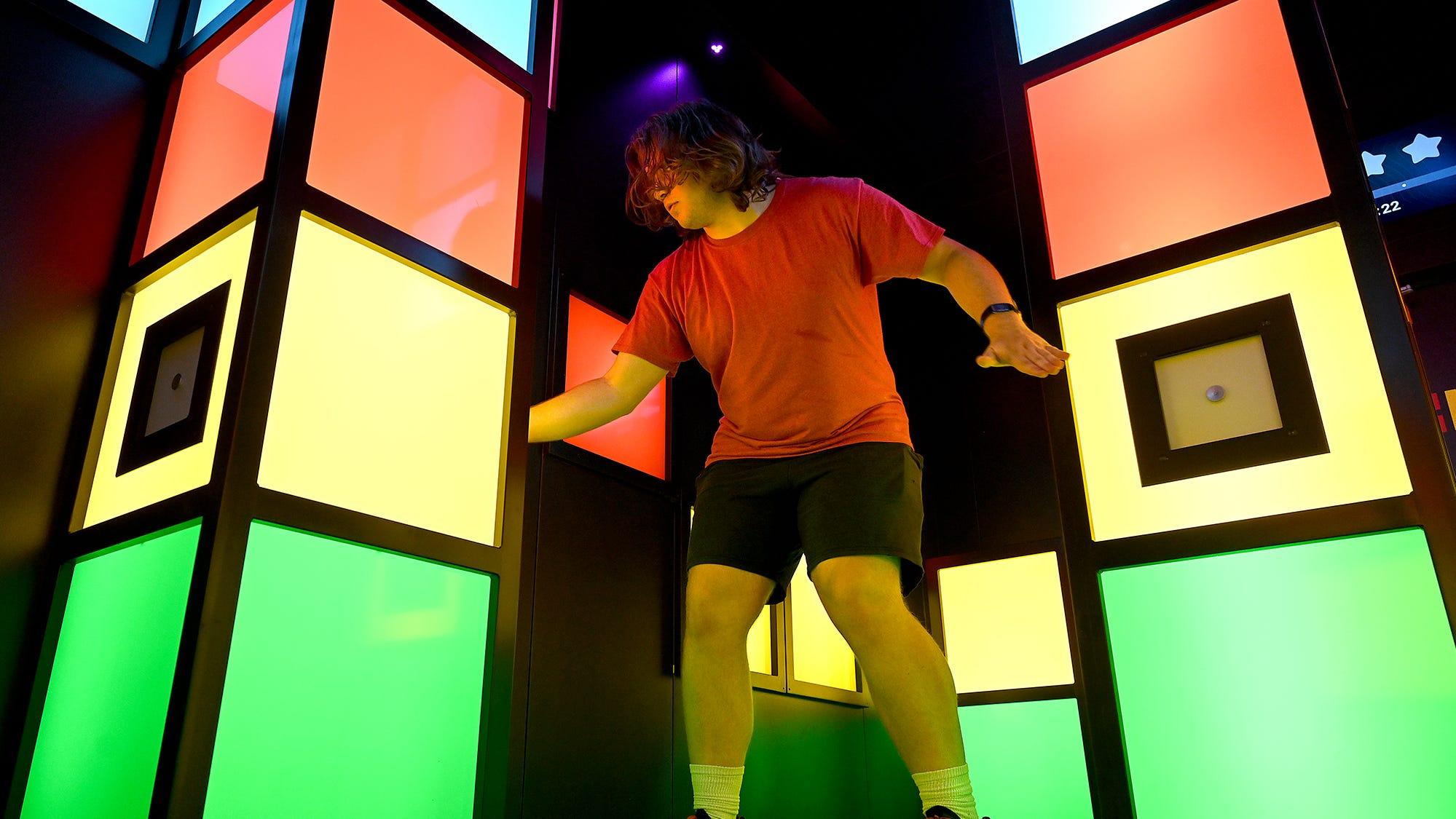 Ashland의 21 세인 Matt Orser는 2021 년 6 월 17 일 Natick Mall 내부의 새로운 성인 엔터테인먼트 단지 인 Level99에서 Simon Says의 선구적인 활동 인 Playback을 실행하려고합니다.