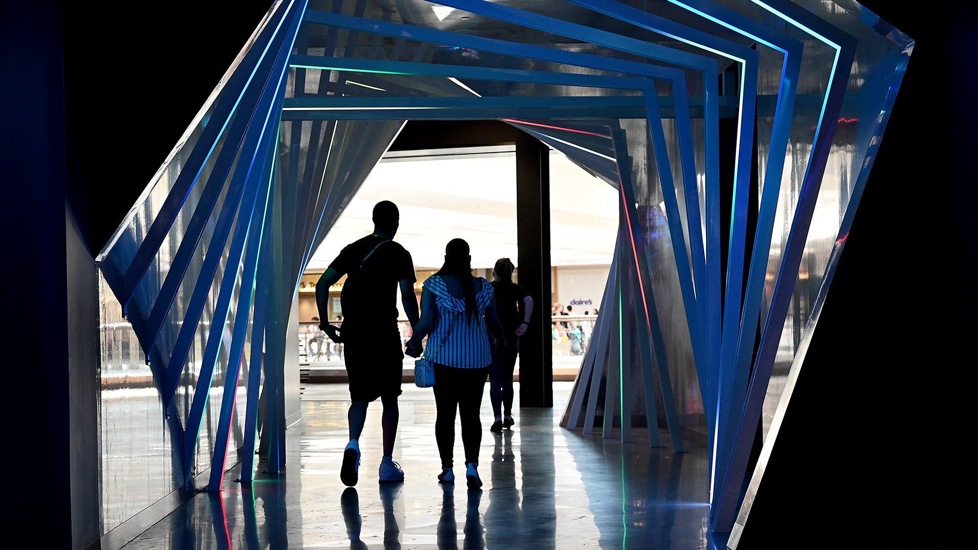 방문객들은 2021 년 6 월 17 일 Natick Mall의 새로운 성인 엔터테인먼트 단지 인 Level99의 터널을 통해 빠져 나갑니다.