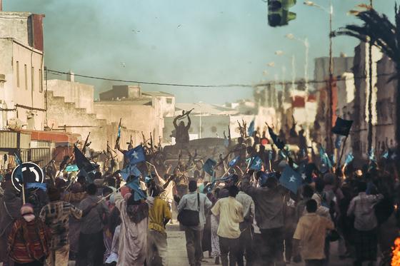 류승완 감독의 열한 번째 장편영화는 남북전쟁 당시 소말리아에서 탈출하기 위해 함께 일했던 남북 대사관 직원들의 실화를 바탕으로 했다. [LOTTE ENTERTAINMENT]