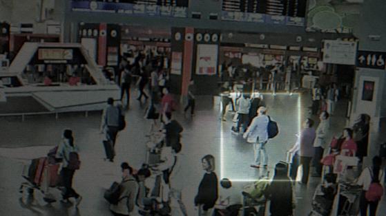 김정남이 살해되기 불과 몇 분 전 쿠알라룸푸르 국제공항에 있는 CCTV 영상.[THE COOP]
