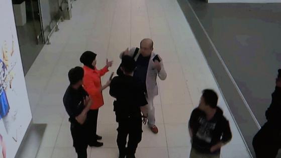 김정남은 독살된 후 공항 안내원에게 도움을 요청한다. [THE COOP]