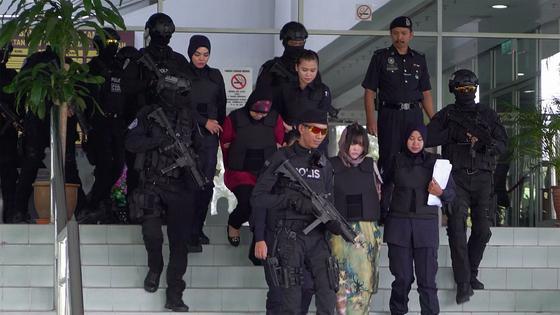 선두를 달리고 있는 Doan Thi Huong과 Siti Aisyah는 재판 후 감옥으로 돌아갑니다. [THE COOP]
