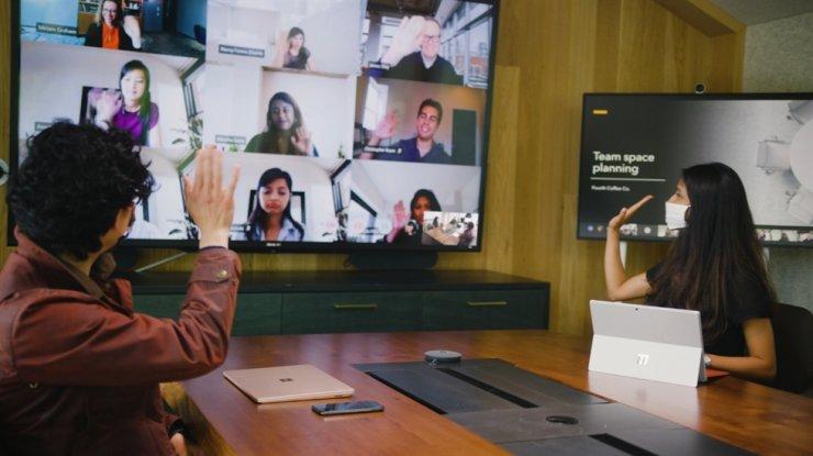 이 파일 사진에서 Microsoft 직원이 회사의 비즈니스 커뮤니케이션 플랫폼인 Teams를 사용하여 회의를 개최하고 있습니다.  마이크로소프트코리아 제공