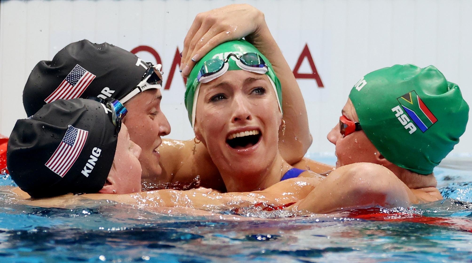 남아프리카 공화국의 수영 선수 Tatiana Schoenmaker가 7월 30일 200m 평영에서 금메달을 딴 후 동료 선수들(왼쪽부터 American Lily King, American Annie Lazur, 남아프리카 공화국 Kaylene Corbett)로부터 축하를 받고 있습니다.