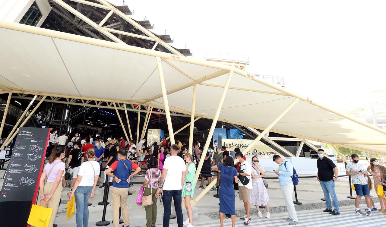 2020 두바이 엑스포 한국관 앞에서 방문객들이 10일(현지시간) 줄을 서서 기다리고 있다.  (코트라 제공)