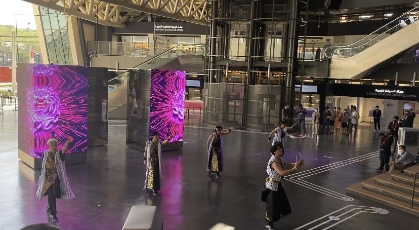 함께 춤을 추는 한국 소년들의 그룹