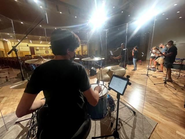9월 23일 대한민국 캠프 험프리스 포 채플린스 기념교회에서 열린 아가비 찬양팀 리허설에서 15세의 조시 베리만(Josh Berryman)이 드럼을 연주하고 있다.  )