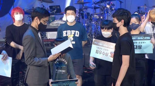 15세의 조시 베리만(Josh Berryman, 앞 오른쪽)이 5월 29일 서울드럼페스티벌 결선 진출자로 선정되어 상을 받고 있다.  (사진제공)