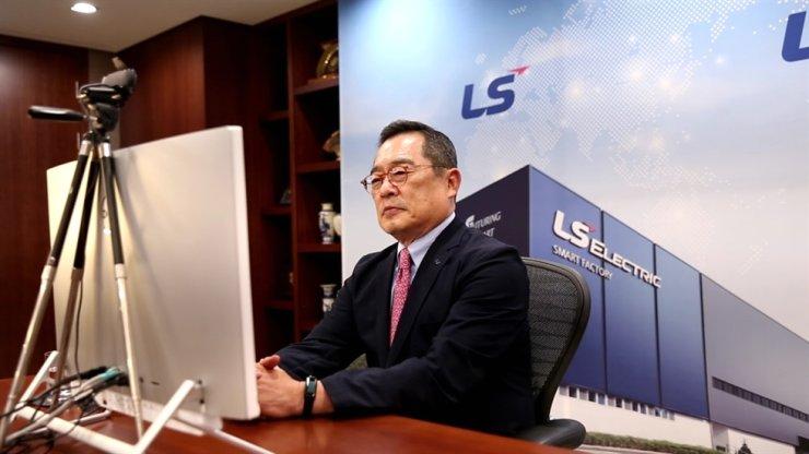 LS그룹 구자열 사장이 세계경제포럼 온라인에 참석해 칭호를 받은 LS일렉트릭 청주 스마트팩토리를 대표해 기념사를 하고 있다.